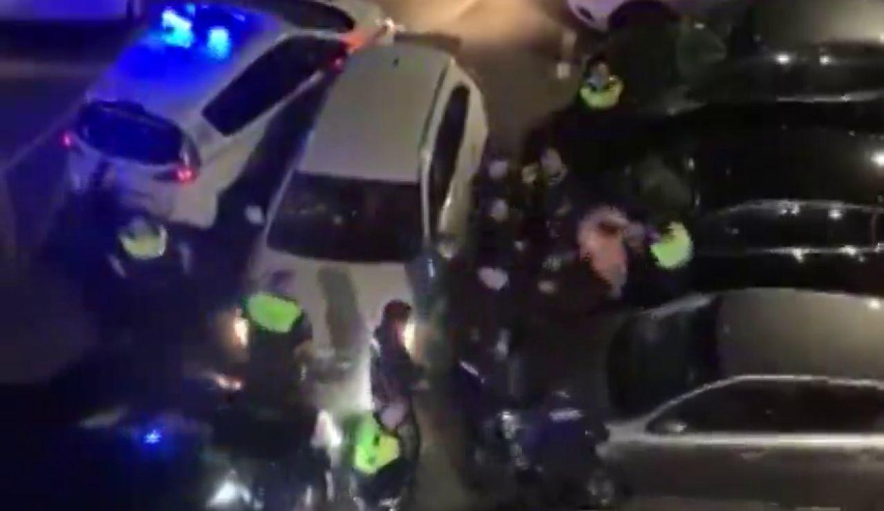 Espectacular detención de un hombre tras embestir contra una patrulla de la Policía en Rentería