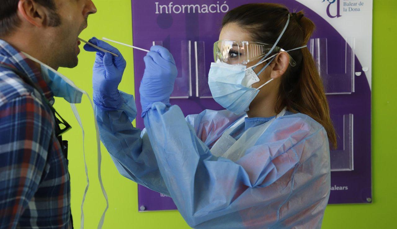 Personal sanitario realiza un test rápido de coronavirus.