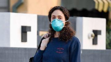 Emmy Rossum va a hacer la compra con mascarilla y guantes