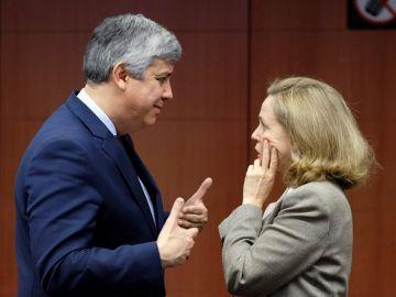 La vicepresidenta económica, Nadia Calviño, con el presidente del Eurogrupo, Mário Centeno