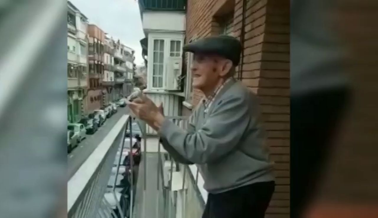 Así anima un anciano de 100 años a aplaudir a los sanitarios que luchan contra el coronavirus