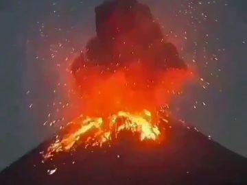 Un volcán en Indonesia erupciona a más de 500 metros de altura