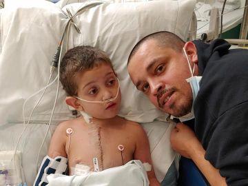 El pequeño Carlos tras el exitoso trasplante de corazón