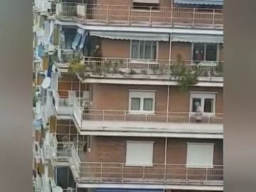 """El desternillante vídeo de una carrera de balcones: """"Estamos a tres metros de finalizar este gran premio"""""""