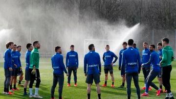 Los jugadores de la Real Sociedad, durante un entrenamiento