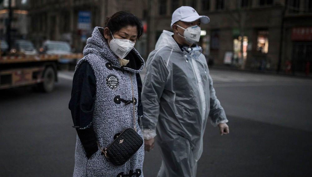 Ciudadanos pasean por Wuhan