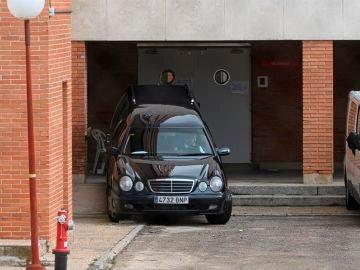 Un coche fúnebre sale de una residencia madrileña