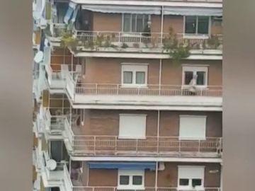 La retransmisión de la 'carrera en el balcón' `durante el confinamiento del coronavirus que se vuelve viral