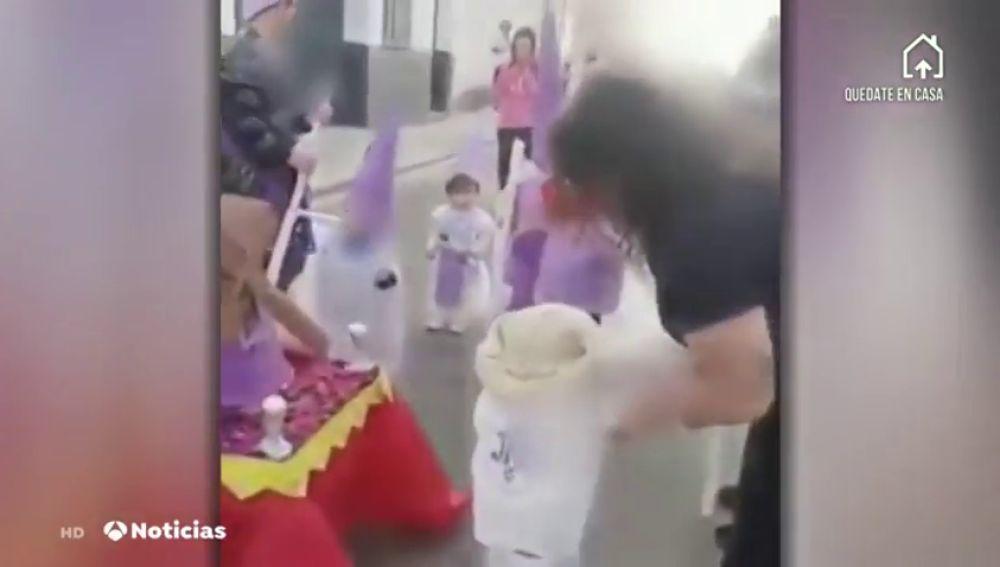 Vecinos de varios pueblos andaluces celebran procesiones en las calles a pesar del confinamiento por coronavirus