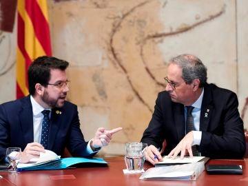 El presidente de la Generalitat, Quim Torra, conversa con su vicepresidente, Pere Aragonés