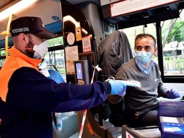 Reparto de mascarillas a un conductor de autobús en Almería.
