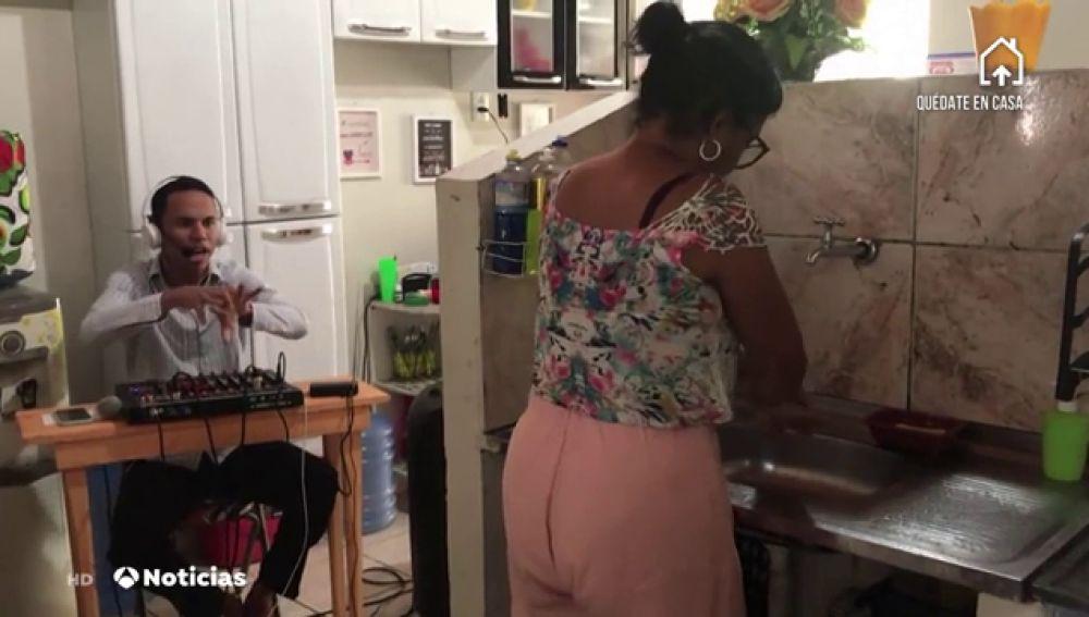 Un joven brasileño se convierte en viral al retransmitir el lavado de manos de sus familiares