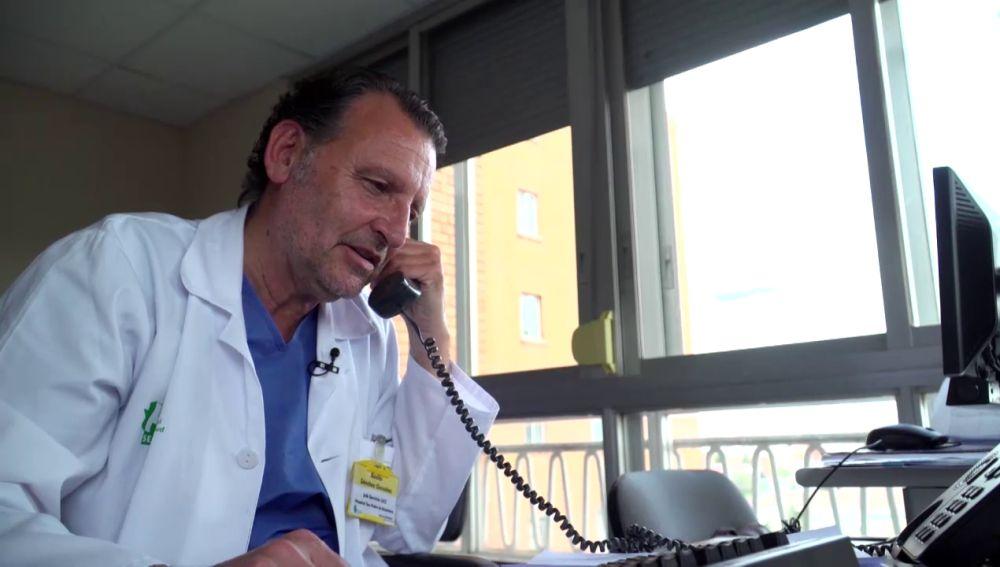 Los profesionales sanitarios informan cada día a los familiares de los pacientes ingresados