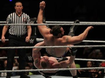 Dos luchadores pelean en un combate de la WWE