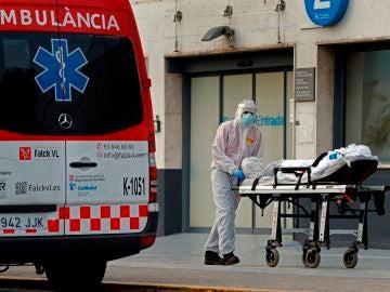 Un técnico sanitario traslada a un paciente en el Hospital de Bellvitge, en L'Hospitalet