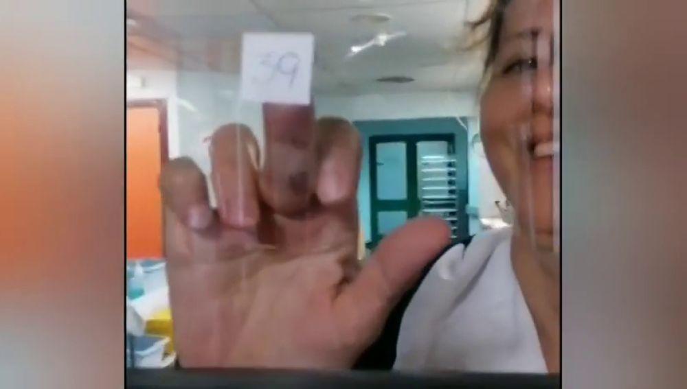 Bingo y risas entre sanitarios y enfermos de coronavirus como terapia en el Hospital de Arrecife en Lanzarote