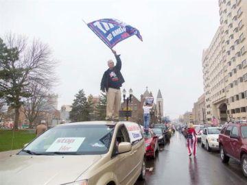 Imagen de la marcha en Michigan para pedir relajar el confinamiento por coronavirus
