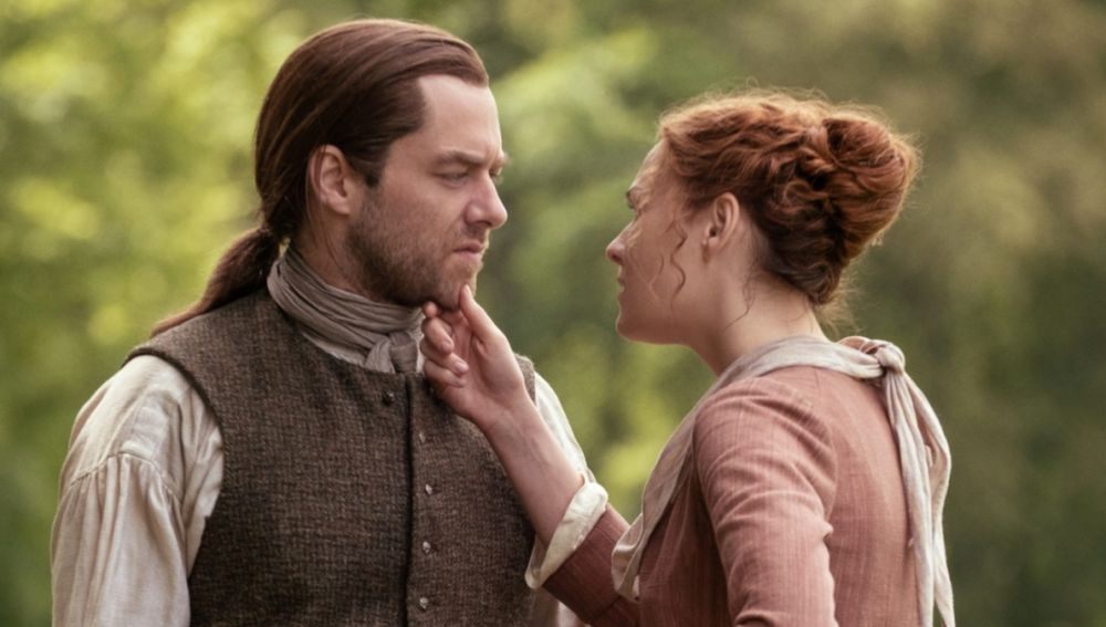 Richard Rankin y Sophie Skelton como Roger y Brianna en 'Outlander'