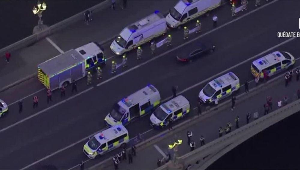 Caravana de ambulancias y Policía para agradecer su labor a los sanitarios en Londres