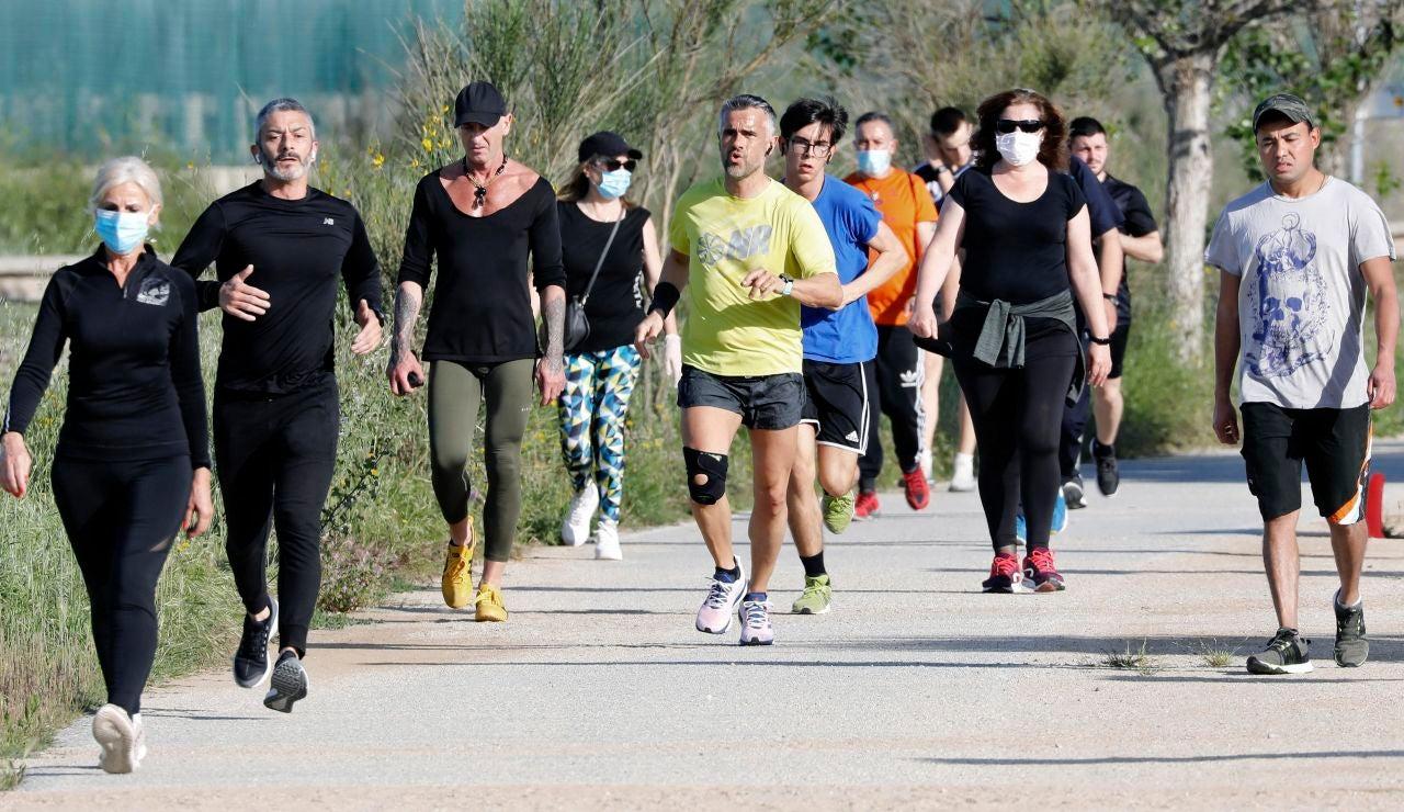 Ciudadanos salen a pasear y a correr este sábado por Barcelona