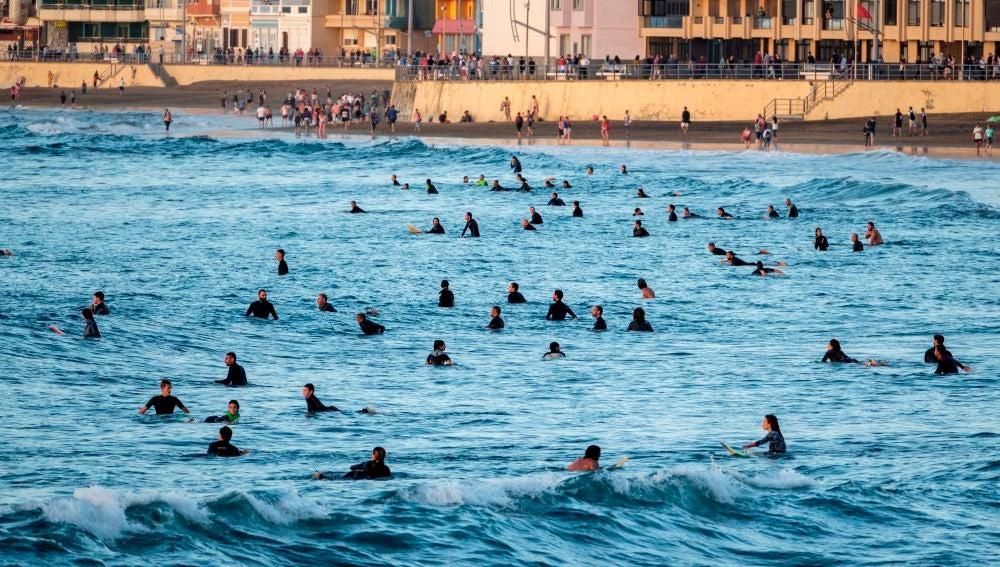 Cientos de surfistas invaden la playa de Las Canteras durante la desescalada del coronavirus