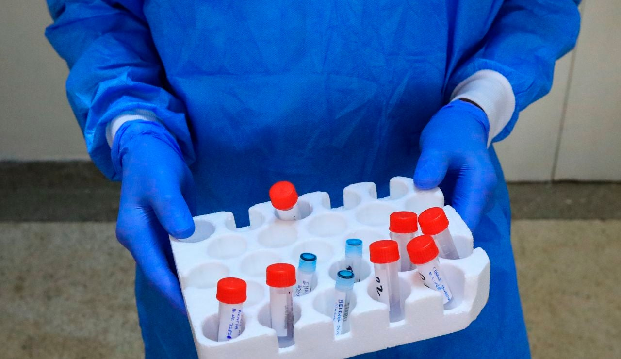 Un científico sostiene varias muestras