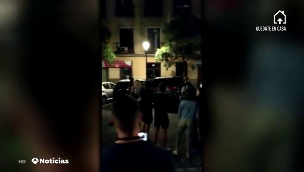 Las imágenes de la treintena de botellones con cientos de jóvenes multados en Madrid