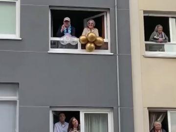 Vecinos de A Coruña cantan el 'Cumpleaños feliz' al barítono que les ameniza el confinamiento por coronavirus