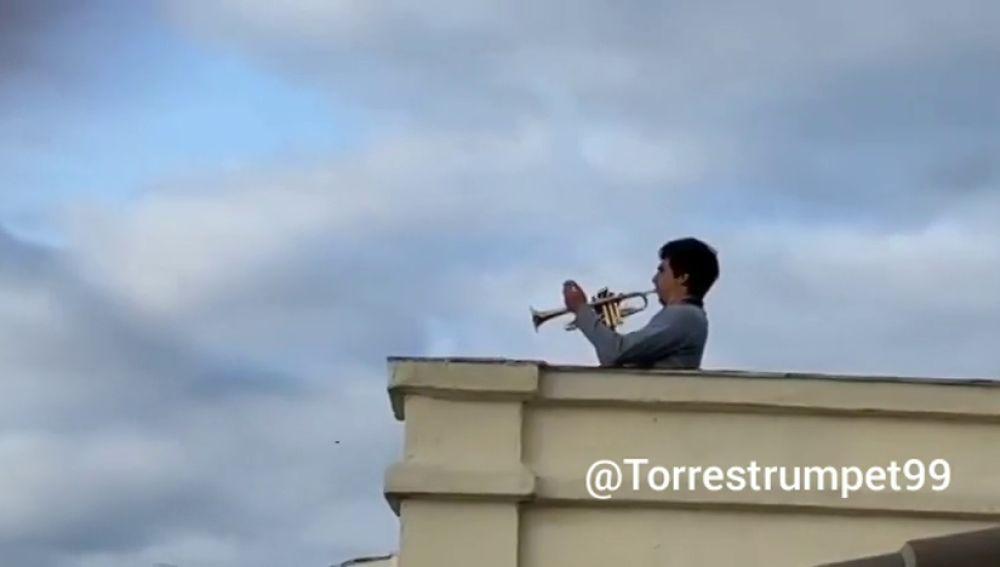 La interpretación del himno de la Décima desde una azotea de Madrid que ha encandilado al madridismo