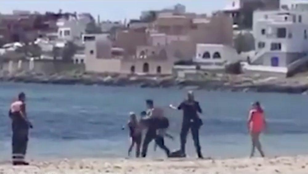 Un hombre se abalanza sobre un policía