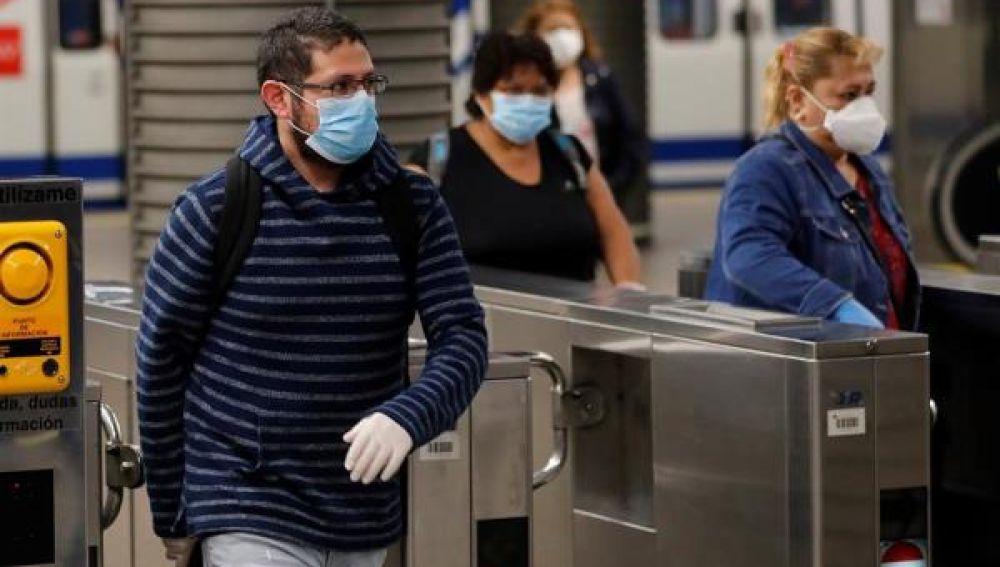 Gente con mascarilla en el transporte público
