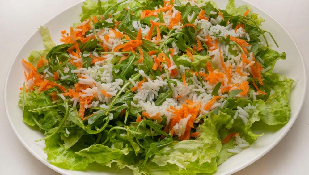 Ensalada de rúcula, zanahoria y arroz