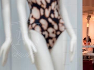 Una empleada trabaja en el interior de una tienda de ropa en Sevilla