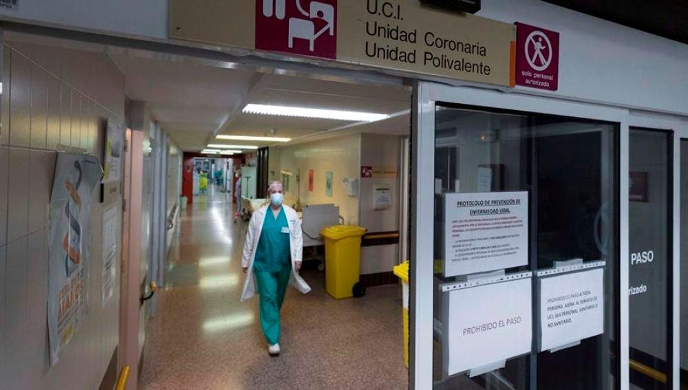 Un médico en una UCI