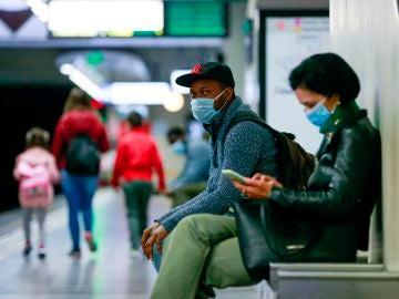 Varias personas en el metro de Bélgica