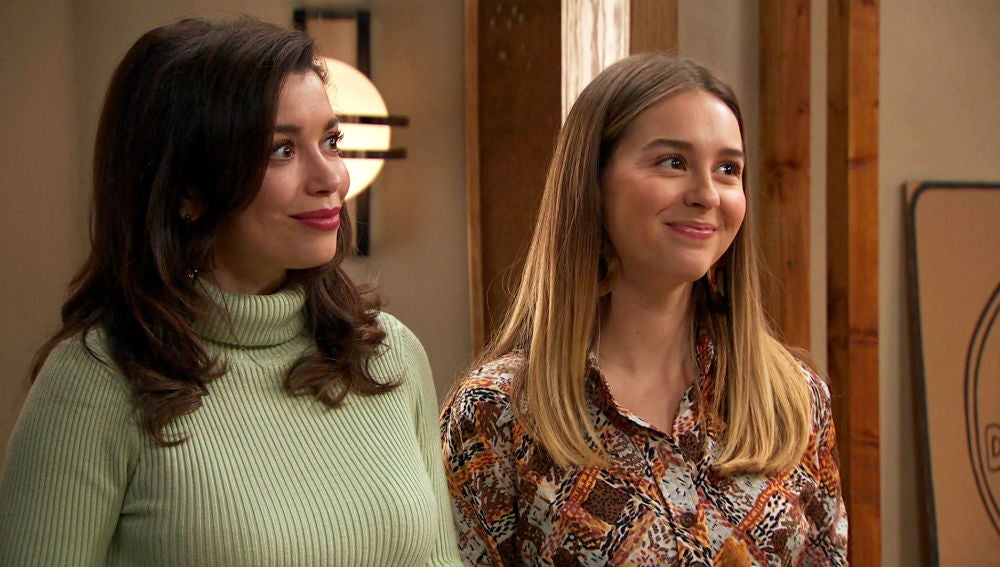 Luisita y Amelia tratan de disimular ante una visita muy especial
