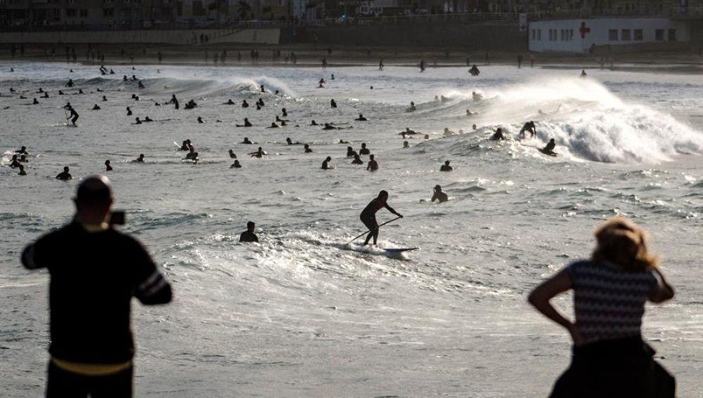 Decenas de surfistas en la playa