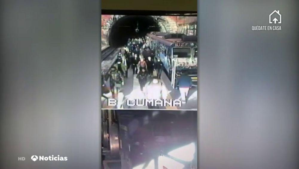 Aglomeraciones en los trenes en Nápoles con el inicio de la desescalada por coronavirus en Italia
