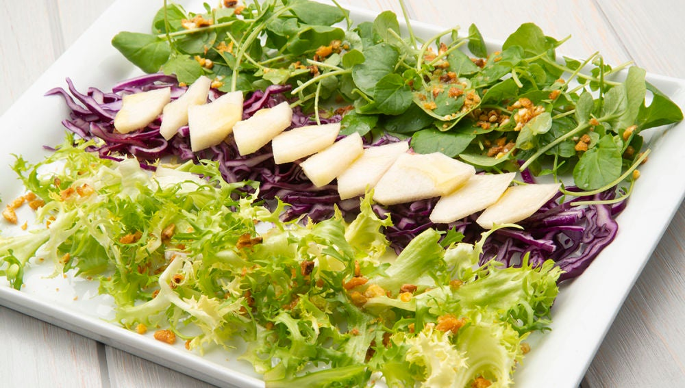 Ensalada de lombarda, pera y maíz