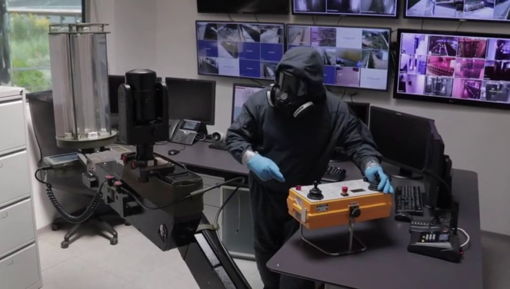 Así trabaja ATILA, el robot del ejército que desinfecta con luz ultravioleta