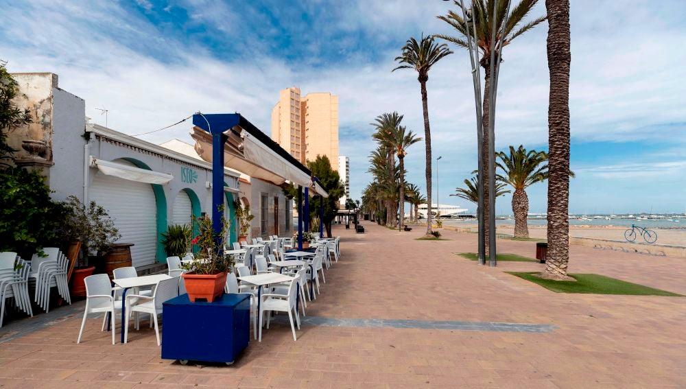 Terraza cerrada de un restaurante de Santiago de la Ribera, Murcia, durante el estado de alarma