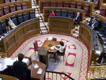 La vicepresidenta Carmen Calvo sigue el pleno del Congreso tapada con una manta después de haber superado el coronavirus