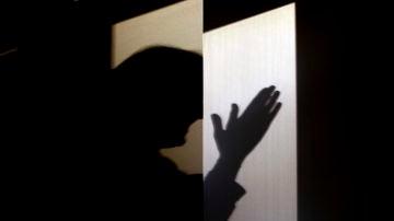 La sombra de una mujer aplaudiendo