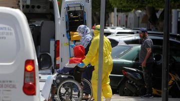 Varios trabajadores sanitarios trasladan a un enfermo en Melilla