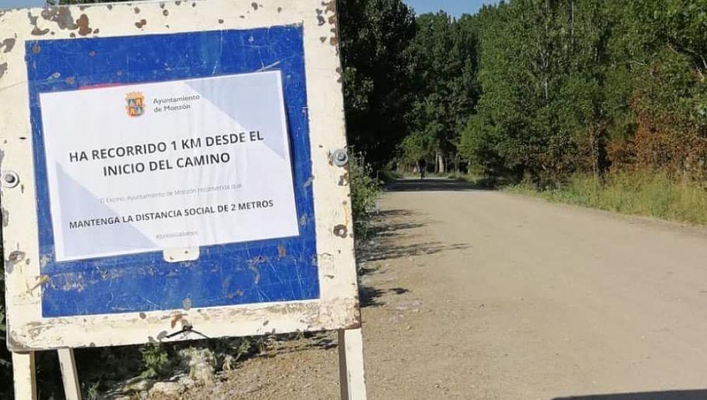 Cartel indicativo de 1 km en Monzón