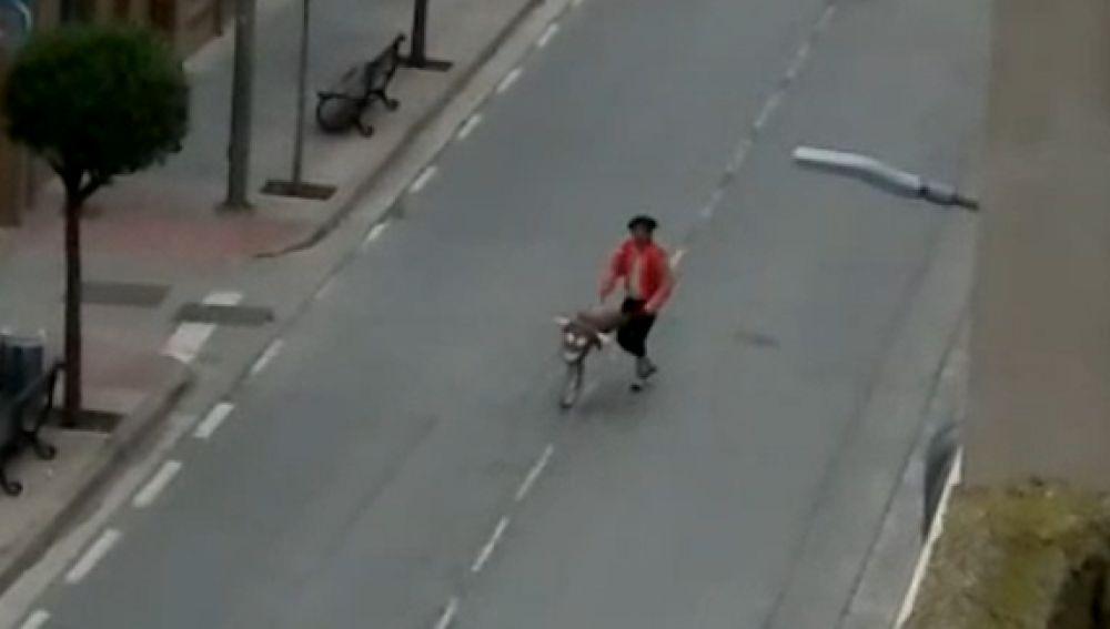 Sale a la calle vestido de torero