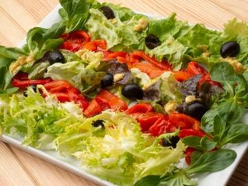 Ensalada de pimientos y aceitunas negras