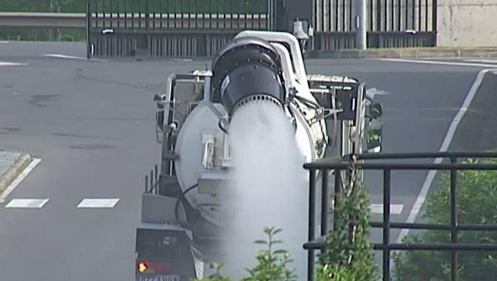 Camión cisterna con cañón nebulizador