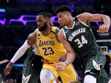 Giannis Antetokounmpo y LeBron James