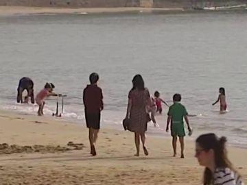 Playas con niños bañándose